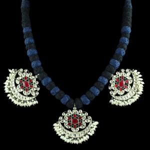 OXIDIZED FLORAL DESIGN KUNDAN STONE THREAD NECKLACE WITH PEARLS